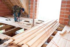 Carpintero que construye el nuevo suelo Foto de archivo