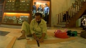 Carpintero que corta manualmente una capa de madera almacen de metraje de vídeo