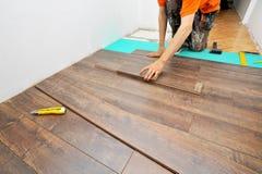 Carpintero que hace el trabajo laminado del piso foto de archivo libre de regalías