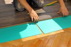 Carpintero que hace el trabajo laminado del piso fotos de archivo libres de regalías