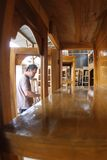 Carpintero que hace los muebles Fotografía de archivo libre de regalías