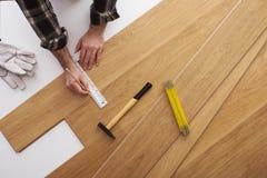 Carpintero que instala un suelo de madera fotos de archivo libres de regalías