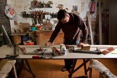 Carpintero que limpia el pegamento Fotografía de archivo libre de regalías