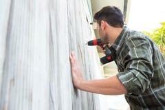 Carpintero que perfora la cabina de madera Fotografía de archivo