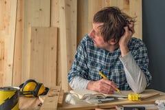 Carpintero que piensa en interior del taller de la artesanía en madera de la pequeña empresa imágenes de archivo libres de regalías