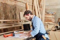 Carpintero que planea el dibujo arquitectónico Imágenes de archivo libres de regalías