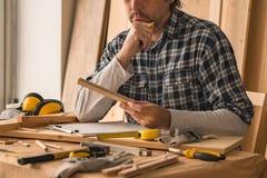Carpintero que planea proyecto de DIY en taller de la artesanía en madera foto de archivo libre de regalías