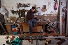 Carpintero que talla un agujero de la asamblea Imagenes de archivo