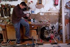 Carpintero que talla un agujero de la asamblea Imagen de archivo libre de regalías