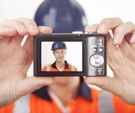Carpintero que toma el autorretrato con la cámara digital Fotografía de archivo