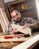 Carpintero que toma un descanso para tomar café Imagen de archivo libre de regalías