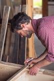 Carpintero que trabaja en los muebles de madera fotografía de archivo