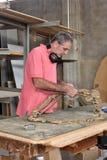 Carpintero que trabaja en su taller fotos de archivo