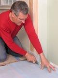 Carpintero que usa el cuchillo utilitario Imagen de archivo libre de regalías