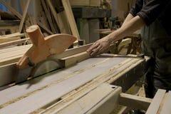 Carpintero que usa la sierra eléctrica Foto de archivo libre de regalías