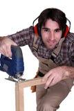 Carpintero que usa una herramienta Fotos de archivo