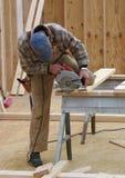 Carpintero que usa una sierra de la circular imágenes de archivo libres de regalías