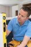Carpintero Using Spirit Level que instala la cocina cabida lujo imagenes de archivo