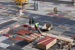 Carpinteros concretos de los trabajadores que preparan el encofrado de la construcción para foto de archivo libre de regalías