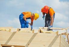 Carpinteros en el trabajo de madera del tejado foto de archivo libre de regalías