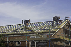 Carpinteros que aplican los listones del tejado Foto de archivo