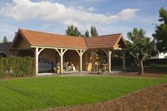 Carport i trädgård Royaltyfri Fotografi