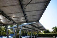 Carport met zonnepanelen stock foto's