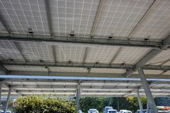 Carport met zonnepanelen royalty-vrije stock foto's