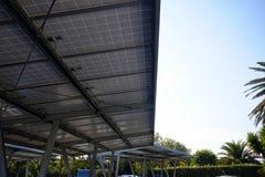 Carport met zonnepanelen royalty-vrije stock afbeelding