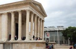 Carré d' Arte e templo romano, Nîmes, França Fotografia de Stock Royalty Free