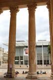 Carré d' Arte y columnas romanas en Nîmes, Francia foto de archivo libre de regalías