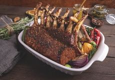 Carrè di agnello arrostito arrostito con le verdure Cena del barbecue Tagli arrostiti della carne dell'agnello fotografia stock libera da diritti