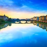 Carraia medeltida bro på den Arno floden, solnedgånglandskap Florenc Royaltyfri Fotografi
