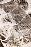 Carrara marmorerar villebråd på bergen av de Apuan fjällängarna Vägar av tillträde till ställen av extraktion arkivbild