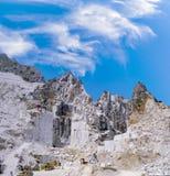Carrare - carrière de marbre en vallée de Fantiscritti Travaux de marbre de Images stock