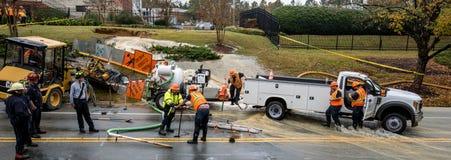 Carrboro, NC, de V.S. 5 November, 2018: Brandweerlieden en Waterinstantie royalty-vrije stock afbeelding