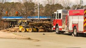Carrboro NC, /US-March 10 2017: Brandvrachtwagen met ten val gebrachte het registreren vrachtwagen stock foto