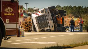 Carrboro NC, /US-March 10 2017: Män som arbetar på den valt logga lastbilen Royaltyfri Foto