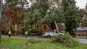 Carrboro, North Carolina, US 13. November 2018: Arbeitskräfte, die Stromleitungen reparieren, nachdem Baum auf sie im Sturm fiel lizenzfreies stockbild