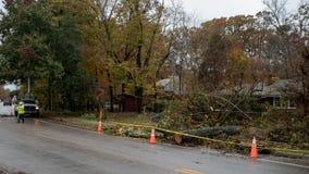 Carrboro North Carolina, US-November 13, 2018: Arbetare som reparerar kraftledningar efter träd, avverkar på dem i storm fotografering för bildbyråer