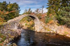 Carrbridge Packhorse Bridge. One of the most iconic visitor attractions in the Cairngorms, the old packhorse bridge across the River Dulnain at Carrbridge Stock Images
