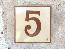 Carreau de céramique avec le numéro cinq 5 Photographie stock libre de droits