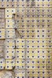 Carreaux de céramique endommagés à Lisbonne photographie stock libre de droits