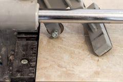 Carreaux de céramique et outils pour le carreleur Installation de carrelages Hom Image libre de droits