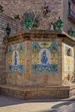 Carreaux de céramique peints et vieux à la fontaine de Santa Ana dans le quart gothique de Barcelone photo libre de droits