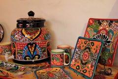 Carreaux de céramique, tasses, plateaux et boîtes métalliques lumineux et colorés, ensemble dans la boutique à vendre, vieille vi Photos libres de droits