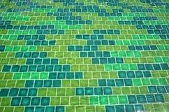 Carreaux de céramique verts dans l'eau d'ondulation Image stock