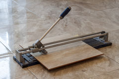 Carreaux de céramique et outils pour le carreleur Installation de carrelages Hom Images stock