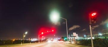 Carrefour par l'aéroport international de Los Angeles la nuit Photographie stock