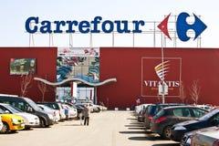 Carrefour supermarkt met parkeerterrein Royalty-vrije Stock Foto
